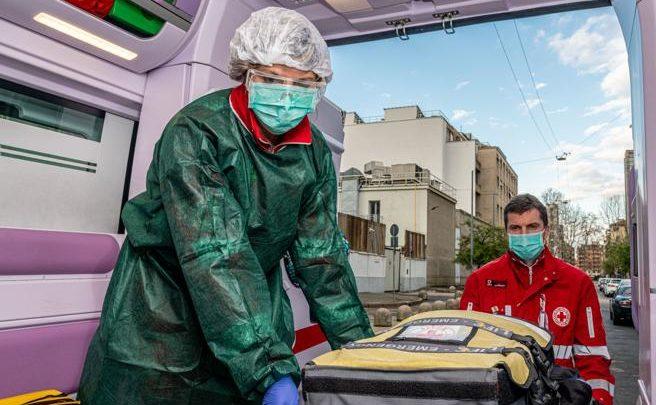 Coronavirus Milano, Croce rossa: «Tutto in diretta dall'ambulanza, paura ma noi non ci fermiamo»