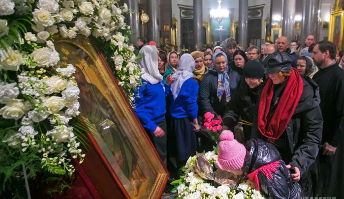 Chiesa ortodossa russa: allerta sul coronavirus, la comunione, il bacio dell'icona