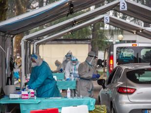 Vaccino Covid, il piano per fare mezzo milione di somministrazioni al giorno: stazioni, parcheggi, caserme