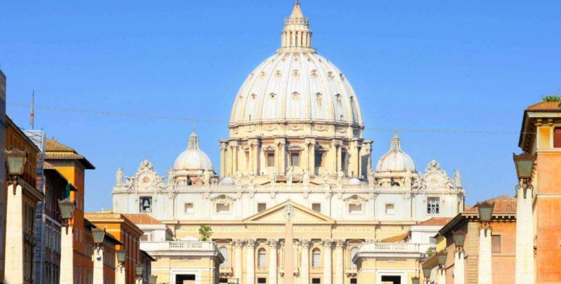 Vaticano, cambio di guardia in Curia: escono di scena i cardinali Sarah e Comastri