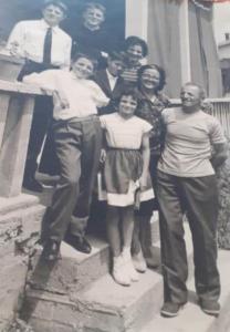 P. Livio giovane sacerdote con mamma papà e fratelli al completo